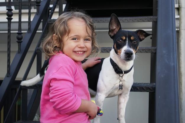 Kleines mädchen und jack russel hund