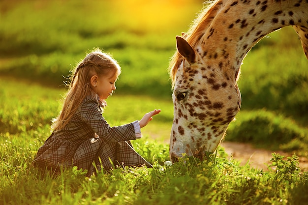 Kleines mädchen und pferd