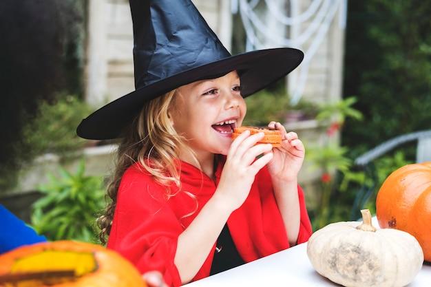 Kleines mädchen verkleidet als hexe