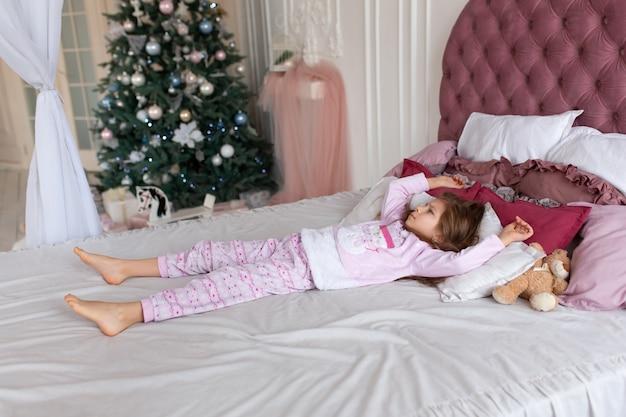 Kleines mädchen will in der weihnachtsnacht nicht ins bett gehen