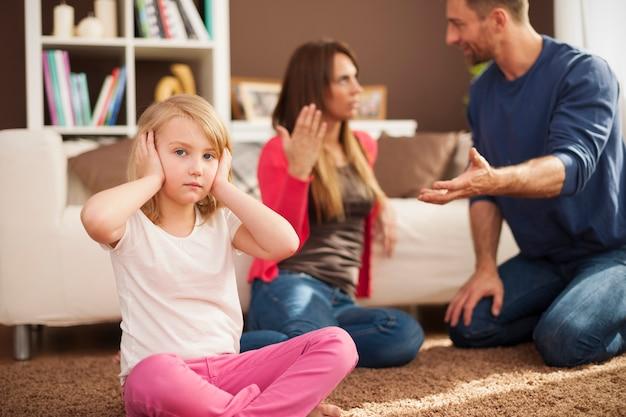 Kleines mädchen will nicht hören, wie sich eltern streiten