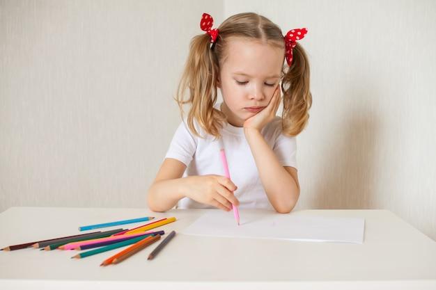Kleines mädchen zeichnet mit buntstiften. heimunterricht