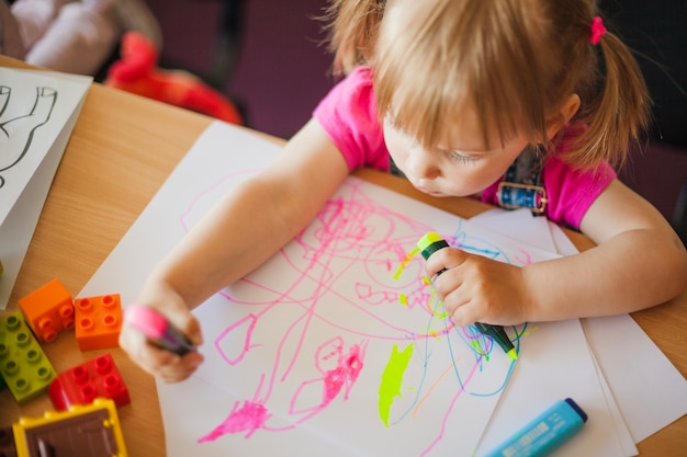 Kleines mädchen zeichnung mit marker stifte