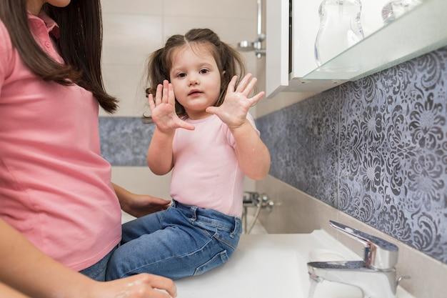 Kleines mädchen zeigt saubere hände
