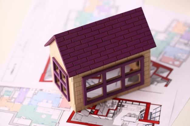 Kleines miniaturhaus steht auf zeichnung