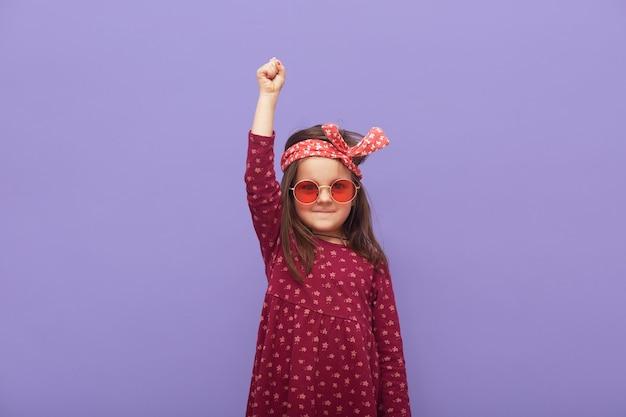 Kleines modisches rebellenmädchen im kleid gekleidet