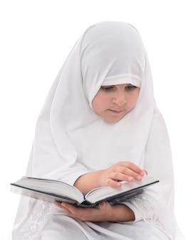 Kleines muslimisches mädchen, das koran liest