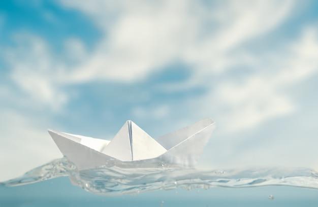 Kleines papierboot auf see