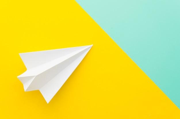 Kleines papierflugzeug auf tisch