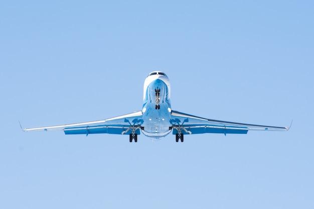 Kleines passagierflugzeug mit motoren am heck.