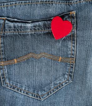 Kleines rotes herz in der gesäßtasche der blue jeans