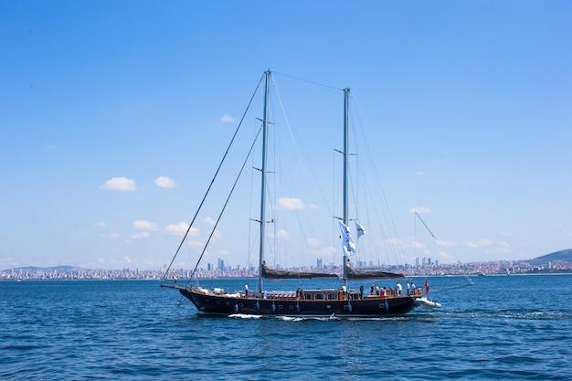 Kleines schiff in der bosporus-straße