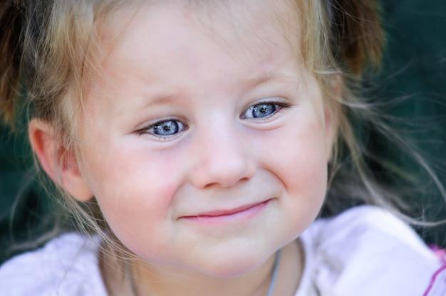 Kleines schönes lächelndes mädchen nah oben sommerporträt. Premium Fotos