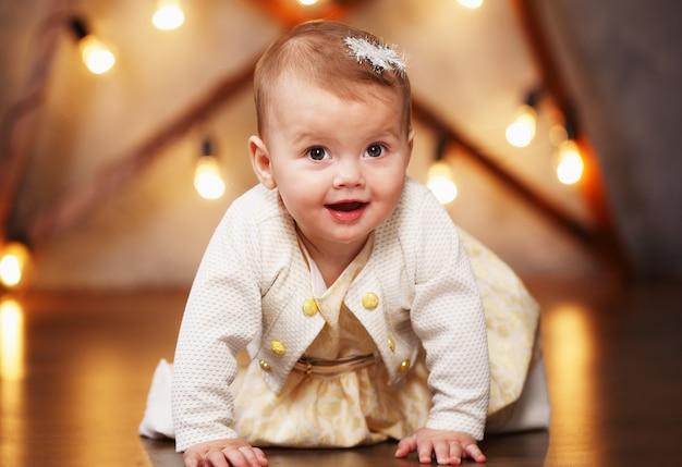 Kleines schönes mädchen in einem kleid