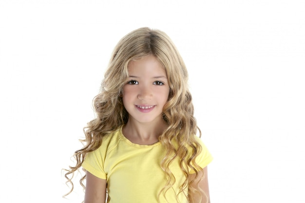 Kleines schönes mädchen mit gelbem t-shirt
