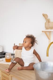 Kleines schwarzes baby mit kopienraum