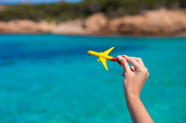 Kleines selbst gemachtes flugzeug auf türkismeer