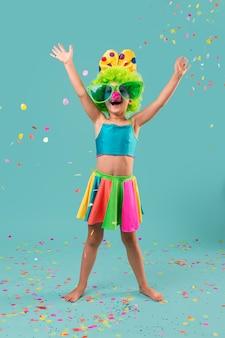Kleines smiley-mädchen im clownkostüm