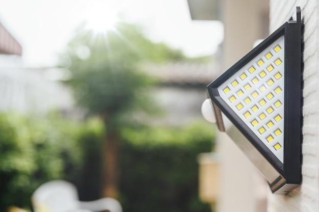 Kleines solarbetriebenes led-licht mit bewegungssensor.