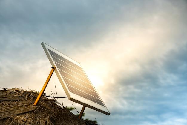 Kleines solarzellen-panel auf dem dach. herstellung von solarstrom im outback farmhouse. ökologische pflege durch grüne energie. nachhaltiges und erneuerbares konzept
