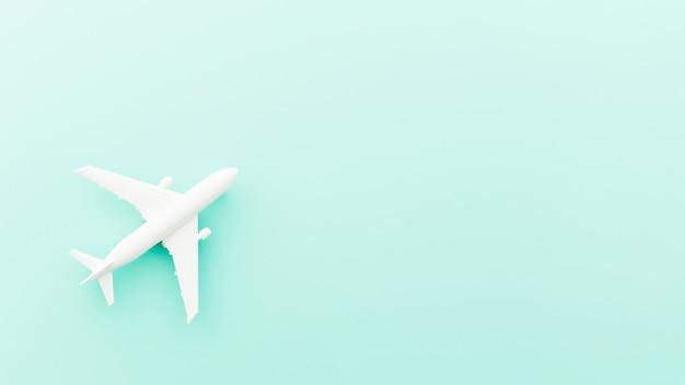 Kleines spielzeugflugzeug auf blauer tabelle