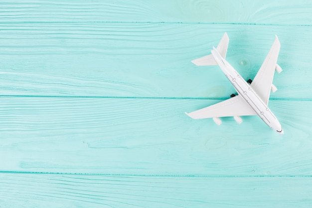 Kleines spielzeugflugzeug auf holz