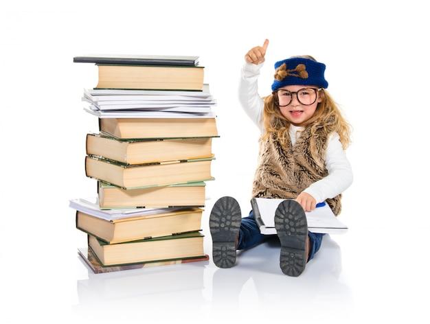 Kleines studentenkind mit büchern. zurück zum schulkonzept