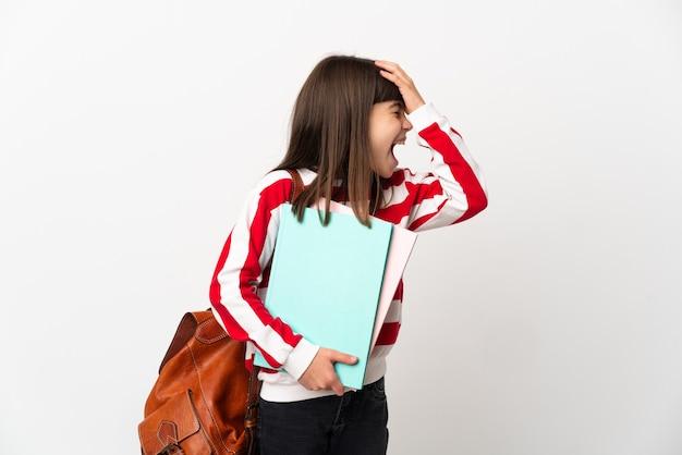 Kleines studentenmädchen isoliert auf weißem hintergrund hat etwas erkannt und beabsichtigt die lösung