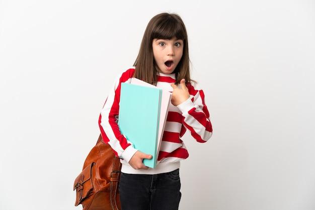 Kleines studentenmädchen lokalisiert auf weißer wand mit überraschendem gesichtsausdruck Premium Fotos