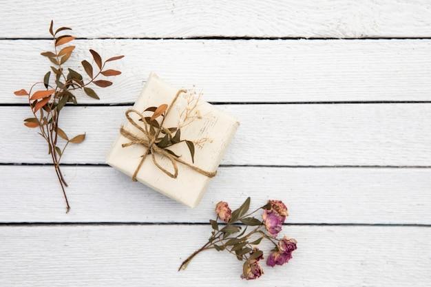 Kleines süßes geschenk mit getrockneten pflanzen