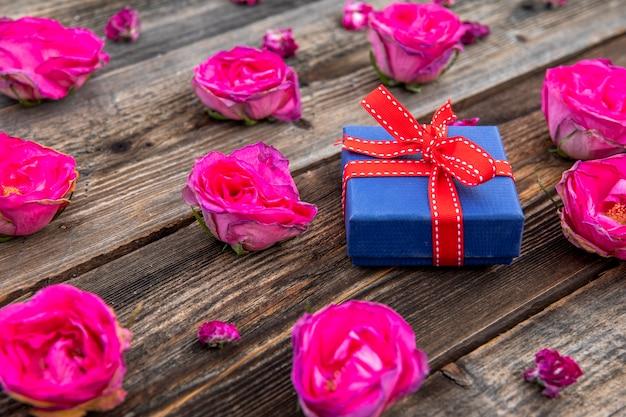 Kleines süßes geschenk mit rosa rosen