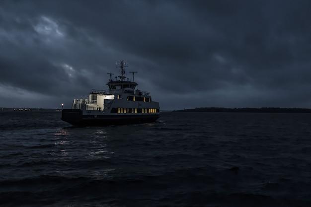 Kleines tourenboot, das nachts segelt