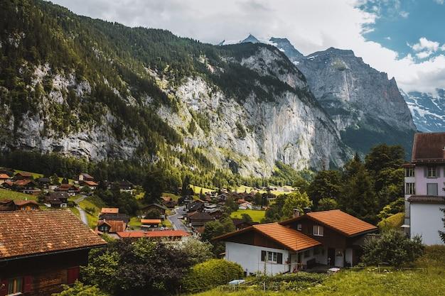 Kleines traditionelles dorf im lauterbrunnental schweiz chalet in den schweizer alpenbergen