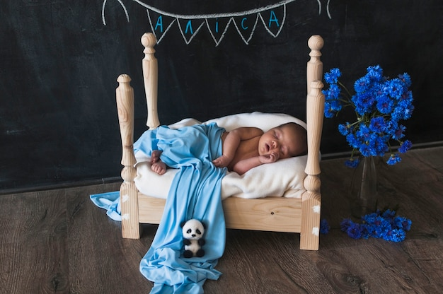 Kleines träumendes baby im bett