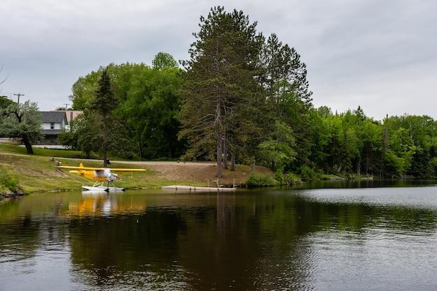 Kleines wasserflugzeug in der nähe des ufers eines bergsees festgemacht