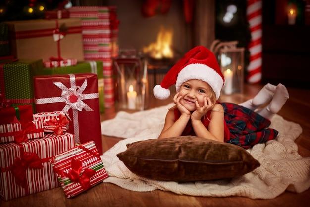 Kleines weihnachtsmädchen im wohnzimmer
