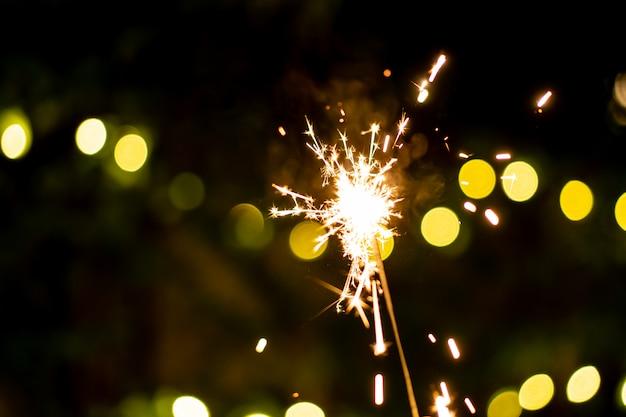 Kleines wunderkerzehandfeuerwerk, feiern im weihnachten und im neujahrsfest.