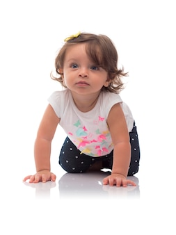 Kleinkind baby girl krabbeln auf dem boden