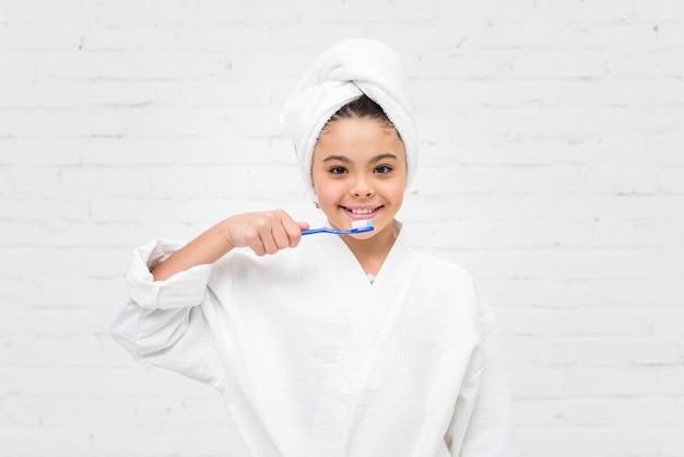 Kleinkind, das ihre zähne putzt