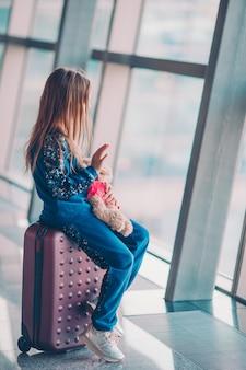 Kleinkind im flughafen, der auf das einsteigen wartet