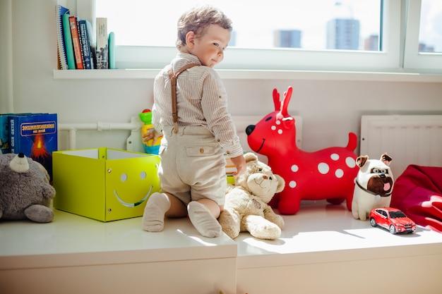 Kleinkind im spielzimmer