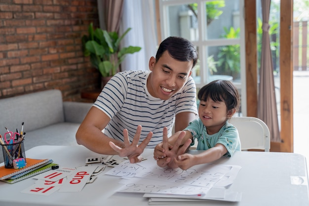 Kleinkind lernt mathe und zählt mit ihrem vater