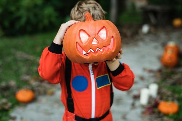 Kleinkind mit halloween-kürbis