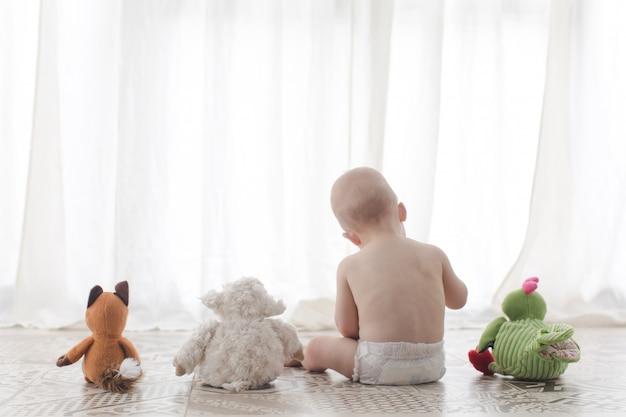 Kleinkind mit plüschspielzeug
