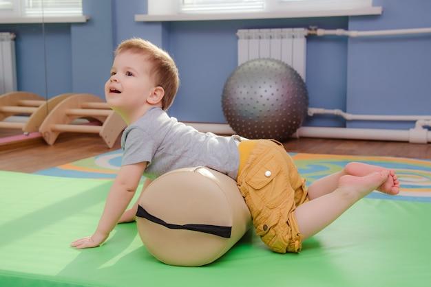 Kleinkind nimmt an sport in der turnhalle teil
