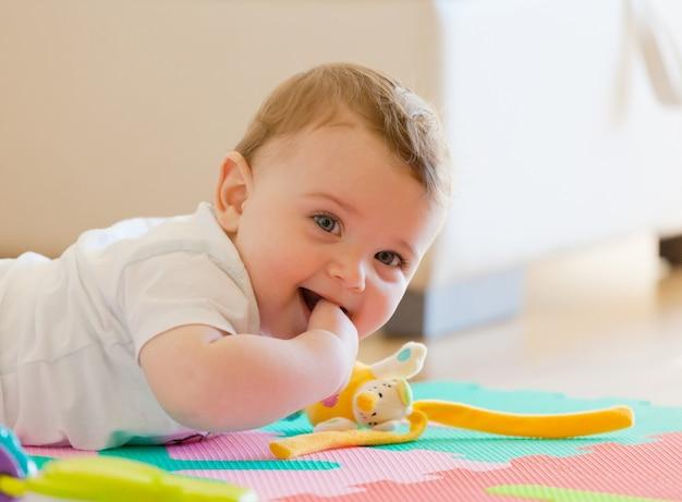 Kleinkind spielt auf dem boden.