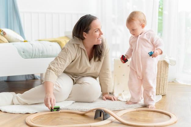 Kleinkind spielt in ihrem spielzimmer