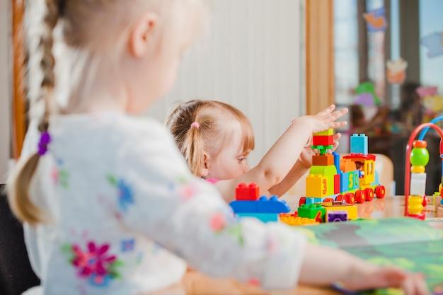 Kleinkind spielt mit spielzeug-konstruktor