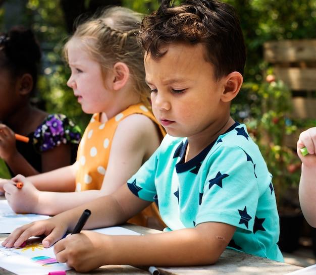Kleinkinder, die zusammen malerei-kunst zeichnen