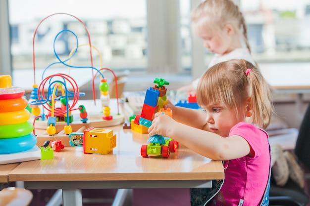 Kleinkinder spielen im kindergarten